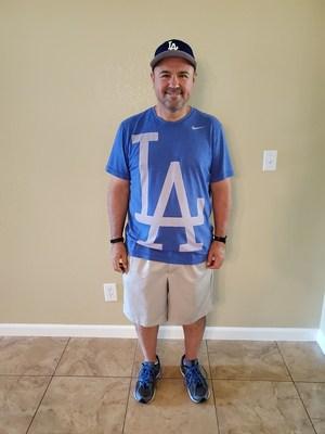 """Ángel Durazo, Fresno - """"Desde que activé la aplicación Betr Health de Wellvolution perdí 50 libras, mis niveles de estrés bajaron mucho, mi apnea del sueño desapareció y mi presión arterial se redujo. Mi médico podrá reducir o eliminar mi medicación si esta tendencia continúa"""", dijo Ángel Durazo (55 años), director de una preparatoria en Fresno. """"Para mí, todo esto representa un cambio completo de estilo de vida, no una dieta. Aprendí a vivir una vida más saludable y a disfrutar de alimentos que le hacen bien a mi cuerpo y a mi mente. Esta experiencia me ha demostrado que la comida y el estilo de vida pueden marcar una diferencia importante en la salud. Ahora se me antojan las ensaladas, no los dulces o las hamburguesas que siempre quería antes""""."""