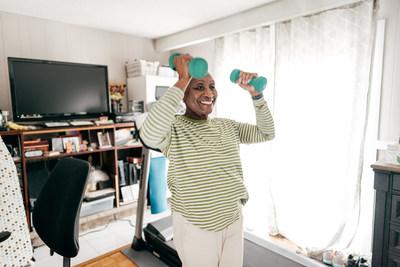 Un régimen de ejercicios moderados especialmente si incluyen actividades de fortalecimiento, equilibrio y flexibilidad ayuda a reducir tus riesgos de caídas. Para mas información, visita ncoa.org.