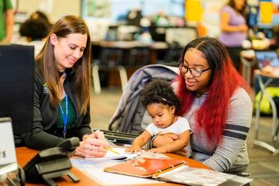Una estudiante de Learn4Life aprende en una interacción individual con su maestra supervisora con su bebé en brazos