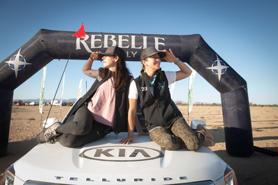 El equipo Telluriders celebra la victoria sobre el podio del Rebelle Rally (PRNewsfoto/Kia Motors America)