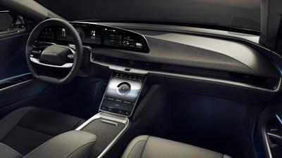 """El Lucid Air es un automóvil que remodela el tradicional sedán de alta gama con un nuevo hito en eficiencia de empaquetado que aprovecha el avanzado tren de potencia miniaturizado para ofrecer el espacio interior de un vehículo de alta gama de tamaño completo y, a la vez, conserva el tamaño exterior de un sedán mediano de alto rendimiento. Los accesorios de lujo del modelo Lucid Air incluyen un tapizado interior sin material de origen animal PurLuxe en el tema Mojave y la pantalla flotante curva Lucid Glass Cockpit de 34""""."""