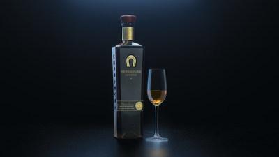 Tequila Herradura élargit son portefeuille ultra-premium avec le lancement de Tequila Herradura Legend, une téquila Añejo première du genre qui met en valeur la sophistication d'Herradura dans la production de téquila et la fabrication de barils. Tequila Herradura Legend est faite à 100 % de l'agave bleu le plus fin, naturellement fermenté, distillé puis vieilli pendant 14 mois dans de nouveaux barils de chêne blanc américain fortement carbonisés, ce qui donne comme résultat une couleur incroyablement riche et profonde et un goût luxueux et velouté. Herradura Legend est offerte dans certains marchés de choix aux États-Unis en octobre. (PRNewsfoto/Tequila Herradura)