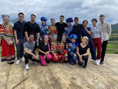 Empleados internacionales en las terrazas de Hani, provincia de Yunnan, Empleados internacionales transmiten con la estrella del pop Yuan Yonglin para apoyar a los campesinos.